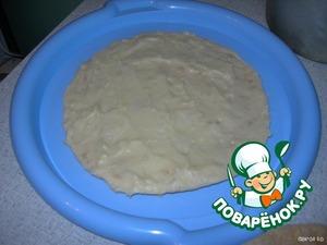 Начинаем сборку торта: кладем корж, намазываем его кремом и повторяем так с каждым коржом. Верхний слой получается кремовый.