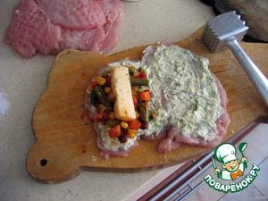 5. положить на один край кусочка овощи и брусочек сыра (около15гр).