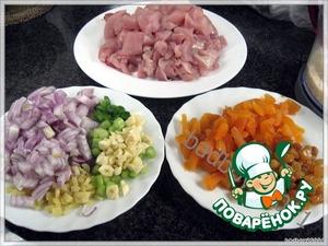 Для начинки - разделать курицу: грудку и окорочка отделить от костей и мелко нарезать (можно также использовать и готовый свежий куриный фарш, при условии, что вы доверяете своему мяснику), но так, поверьте, вкуснее.   Сразу мелко нарежем лук, имбирь, чеснок, перец.