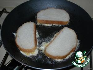 И кладем бутерброд начинкой вниз на горячую сковороду.