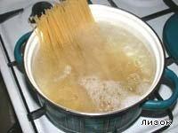 Спагетти поломать пополам и отварить в большом количестве подсоленной воды.Откинуть на дуршлаг и дать воде стечь.