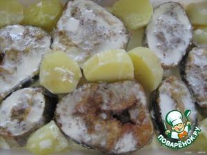 Рыбу заливаем сливками и при желании добавляем отварной картофель (тогда сразу получим и гарнир).