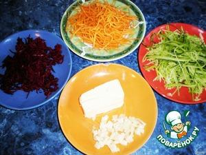 С кабачка и цуккини снять узкими продольными лентами кожицу, натереть на корейской тёрке. Морковь очистить и тоже натереть. Тоже проделать со свёклой. Чеснок очистить и измельчить.