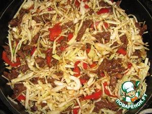 Когда перец немного обжарится, убавить огонь и добавить капусту.   Жарить до готовности капусты.