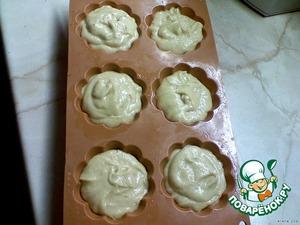 Форму для кексов смазать растительным маслом, выложить тесто в формы (почти до краёв).