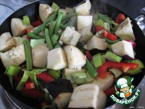 Хорошо разогреваем сковороду с высокими бортиками (или ВОК) и выкладываем быклажаны, фасоль, чеснок, перец салатный и лук-порей и тушим с добавлением оливкового масла около 10 минут, периодически помешивая.