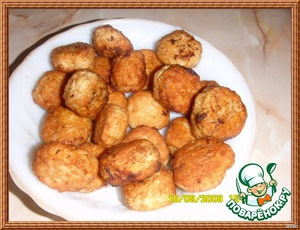 Roll meatballs the size of a walnut. Roll in flour and fry 7 minutes, turning regularly.