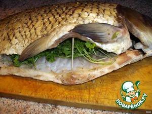 В брюшко каждой рыбки вложить петрушку (целиком, не разрезанную). Зубочистку я воткнула только, чтобы сфоткать.