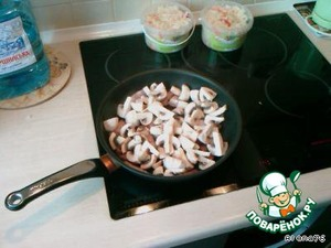 Fry the bacon and mushrooms.