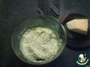 Приготовим сырную начинку: Для этого в удобной посуде перемешать рикотту, пармезан, яичные желтки и базилик.