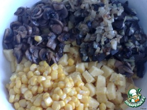 Put in a bowl the cubes of polenta, mushrooms, liver with onions and garlic, canned corn.