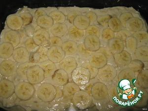 Хлопья замочить на 5-10 минут в молоке.    В комбайне смешать: маргарин, сахар, муку, разрыхлитель. Затем добавить и смешать: яйца, хлопья с молоком, и 1 размягченный банан.    Форму смазать маслом, присыпать мукой. На форму выложить 2/3 теста, затем выложить нарезанные бананы (кружочками), после чего выложить оставшееся тесто, разровнять ложкой. Тесто сверху посыпаем маком (кому нравится). При формировании теста, оно не должно быть слишком густым.
