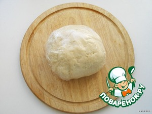 After the dough has vybesilo, zavarazivaet it in plastic wrap and leave at room temperature for 30-40 minutes.
