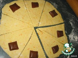 The softened margarine, lightly beat with sugar and vanilla, add zest, sour cream and soda, mix well, adding the sifted flour, knead the dough, wrap it in foil and put into the refrigerator for 1 hour.  Chocolate break into narrow slices.  The dough is divided into 3 parts, roll out circles with a thickness of not more than 0.5 cm, cut into circles on the triangle to the sector. Put on the wide end a small piece of chocolate, wrap rolls (easier to not put the cube as a whole and to divide it in half and put two stripes, so the bagels will be prettier)