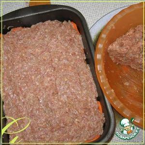 Приготовить фарш - равные доли (по 300 грамм) свинины и говядины, белую булку, 1 луковичку, чеснок - провернуть 2 раза через мясорубку, добавить 1 яйцо, соль, перец. Добавить молоко, вымешать.    1/2 часть фарша выложить пластом на морковь (я беру мокрыми руками 1/2 часть фарша, потом разделяю его на части, каждую часть в ладонях формирую в лепешку и укладываю, потом заглаживаю опять же мокрой рукой)