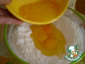 To make in the middle deepening,pour in the 3 eggs and melted butter.Mix