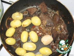 So, to the remains of the liver, add the potatoes (well, here we have a