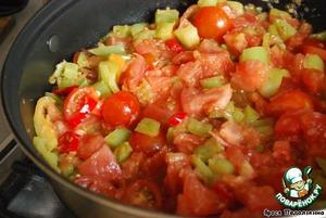 Добавить помидоры, соус чили и тушить 20-25 минут, пока почти вся жидкость не испариться