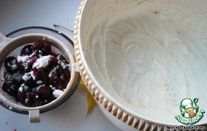 Whip the cream with 2 tablespoons powdered sugar until a thick foam.  Cherries, sprinkle lightly with powdered sugar
