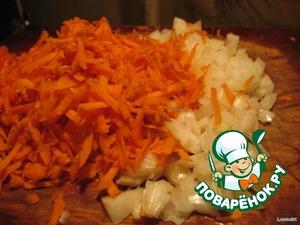 Морковь трём на крупной терке, а лук-репку нарезаем не очень крупно.