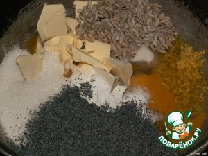 Приготовить тесто.    Смешать яйца, сахар, маргарин, ванильный сахар, разрыхлитель, цедру, мак, семечки, молоко и просеянную муку.