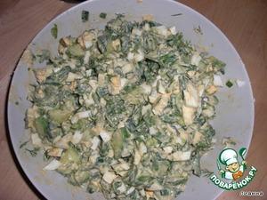 Добавить мелко нарезанные яйца, перемешать.   Ещё хорошо добавить мелко нарезанное отварное куриное филе.