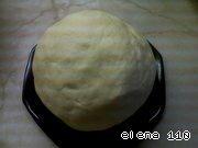 Перед лепкой оставьте тесто на час-полтора постоять, завернув его во влажную салфетку.