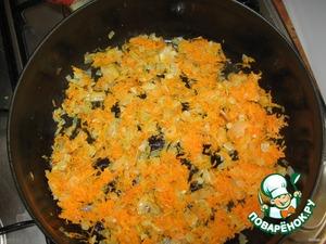 Лук пассеруем на растительном масле, добавляем тертую морковь.