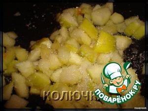 my Apple cut into cubes and begin caramelizing.Namely, put it on a dry frying pan and lightly deep fried no more than minutes take 2 tablespoons of sugar sprinkle,stir and add the cinnamon
