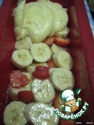 Добавляем взбитые с солью белки, осторожно перемешаем и выкладываем тесто на фрукты.