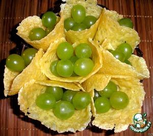 Добавить любую начинку, я положила виноград, т. к. очень люблю его с сыром.
