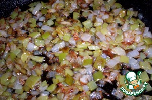 Перец и лук поджарить на подсолнечном масле