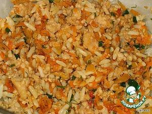В глубокой чашке соединить готовые фарш, часть риса и часть поджарки.
