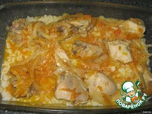 Выложить курицу на рис.