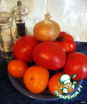 Wash tomatoes, remove stalks and cut into quarters.  Onion peel and cut into cubes.