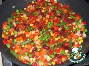 2. на сковороду положить оливковое масло, овощи, кетчуп  1/2 стакана воды. Приправить специями (майоран, базилик, тимьян, орегано). Готовить на сильном огне, пока вода почти вся не испарится. Остудить.