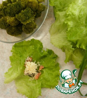 Выбираем крупные листья салата. На каждый лист выкладываем вашу любимую начинку. У меня - отварная брокколи + кета слабосоленая + сыр.