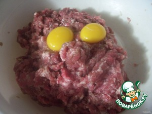 Приготовить котлетную смесь из фарша, булки, желтков, добавить соль и перец.