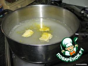 7. В широкую, но не глубокую кастрюлю налить четыре стакана воды, насыпать два стакана сахара, сок из одного лимона и цедру, 50 гр. масла.