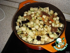 Добавить баклажаны. Готовить, помешивая в течении 15-20 минут. Посолить, поперчить, добавить специи по вкусу.