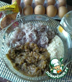 Перемолоть на мясорубке (мелкая сеточка) рыбу, тушеный лук и замоченый отжатый хлеб. Рыбного филе и лука должно быть 50Х50. Вбить яйца