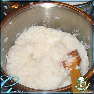 Рис нужно очень хорошо промыть, до тех пор, пока вода не станет с него течь совсем прозрачная.    Варим его в 2,5 стаканах воды. Изначально велено было варить 5 минут с Комбу, потом 15 - без. Но комбу у меня не было. Сварила так. На небольшом огне, до испарения воды. Выключить огонь и дать рису постоять под крышкой.       Делаем заливку - уксус + сахар +соль. Размешиваем как можно тщательнее. Заливаем равномерно рис. И перемешиваем, но не как кашу, а рубящими движениями.
