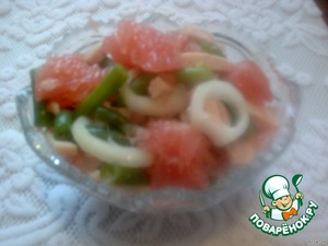 Когда салат пропитается, вынуть из холодильника, переложить в глубокую салатницу.