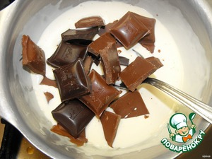 Cream (125ml.) pour into a saucepan and put on a moderate heat. When the cream is hot, add the chopped chocolate (milk + 50 Gorky). Stir, bring to boil and remove from heat. Mix thoroughly until complete melting of chocolate. The mixture should be homogeneous.  Add the oil, pour in the brandy and mix thoroughly.  Immediately pour the chocolate mixture into the bowl with the cracker and mix thoroughly.