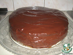 Теперь приготовим ганаш для верха и боков торта.    200 г черного шоколада зальем 200 г горячих сливок и размешаем до однородной массы. Добавим 20 г сливочного масла, 1 ст. л. ликера, перемешаем и отправим в холодильник. Минут через 30-40 (нужно поглядывать), когда крем загустеет, достанем торт из холодильника, снимем бортик от разъемной формы и покроем торт полностью ганашем.