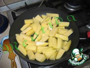 Помыть, почистить и очень крупно нарезать картофель. Oбжарить до готовности, посолив.