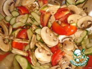 Добавить овощи к шампиньонам, перемешать.   Сделать заправку из оливкового масла, соли, перцас добавлением чайной ложки французской горчицы. Заправить салат и хорошо перемешать.