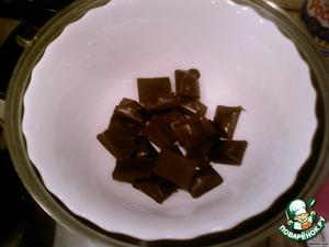 Шоколад растопите на водяной бане и добавьте туда сливочное масло. Главное - не перегреть! Температура водяной бани должна быть 55-60 градусов.