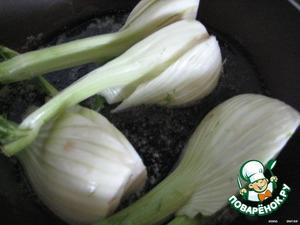 В разогретой сковороде растопить сливочное масло, добавить растительное и обжаривать фенхель со всех сторон, пока не подрумянится.