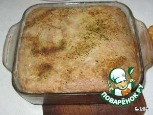 После этого я вынимаю пирог, смачиваю чистую полотняную салфетку и укрываю пирог на 15-20 минут. От этого верх пирога становится более мягким и не ломается при нарезании.